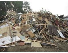 Input of wood waste / pallets / wood / crushed wood ready for crushing