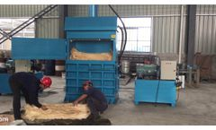 Single ram vertical baler compactor pressing fibers with 100kg bale weight, made in china by Skbaler - Video